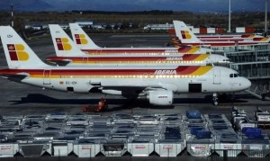 244336_des-avions-de-la-compagnie-iberia-sont-gares-sur-le-tarmac-de-l-aeroport-de-madrid-le-18-decembre-20111-300x179